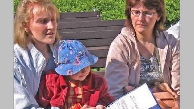 Rodiče z centra Kašpárek seznámili na setkání na radničním dvoře se svými připomínkami k mělnickým hřištím a pískovištím zástupce města. Ti budou nyní hledat řešení.
