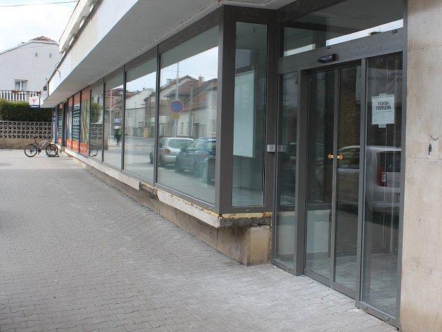 Pošta v Lobečku zatím sídlí v přízemí žlutého věžáku na Seifertově náměstí, stěhovat se bude jen  o kousek dál, mezi banku a hospodu na Třídě Legií (na snímku).