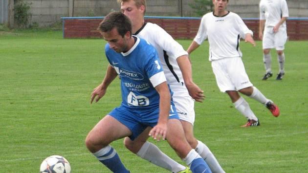 FK Pšovka Mělník (v bílém) - Sokol Kněžmost (4:1); 4. kolo I. B třídy; 13. září 2014