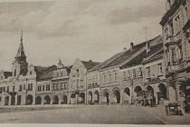 Náměstí zachycené na pohlednicové fotografii z roku 1935. V té době se dnešní náměstí Míru jmenovalo Svobodovo.