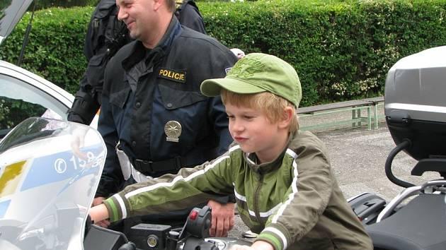 V mělnické mateřské škole Pod Vrchem se v pátek konala preventivní akce s Policií ČR. Děti si se zaujetím prohlédly ukázku policejní techniky a výzbroje.