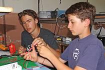 V dílnách se každému žáku ze sedmého či osmého ročníku věnoval vždy jeden studující prvního či druhého ročníku. Společně zkonstruovali dekorativní světelné blikátko osazené LED diodami, které si mohli žáci kralupské ZŠ Komenského odnést domů.