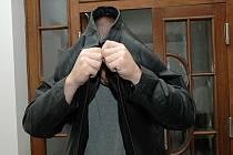 Martin Fišer se pokouší skrýt svou tvář před kamerami