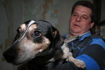 """Tom zatím odmítá opustit bezpečí svého kotce. """"Potřebuje trpělivého chovatele,"""" říká Jaroslav Vacek."""