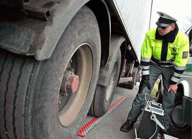 POD DOHLEDEM.  Přesné vážení povolené hmotnosti na nápravu. To bylo jedním z úkolů policistů při včerejší dopravně bezpečnostní akci na silnicích Mělnicka.