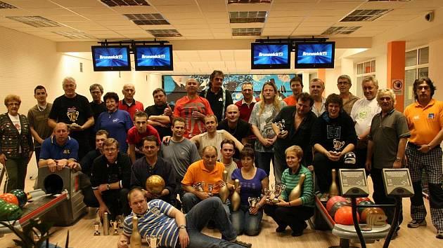 ÚČASTNÍCI sobotního druhého bowlingového setkání hráčů z Neratovic, Brandýsa nad Labem a Loun.