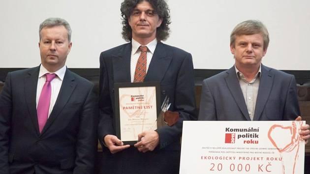 Starosta Mšena Martin Mach (uprostřed) převzal cenu za ekologický projekt roku.