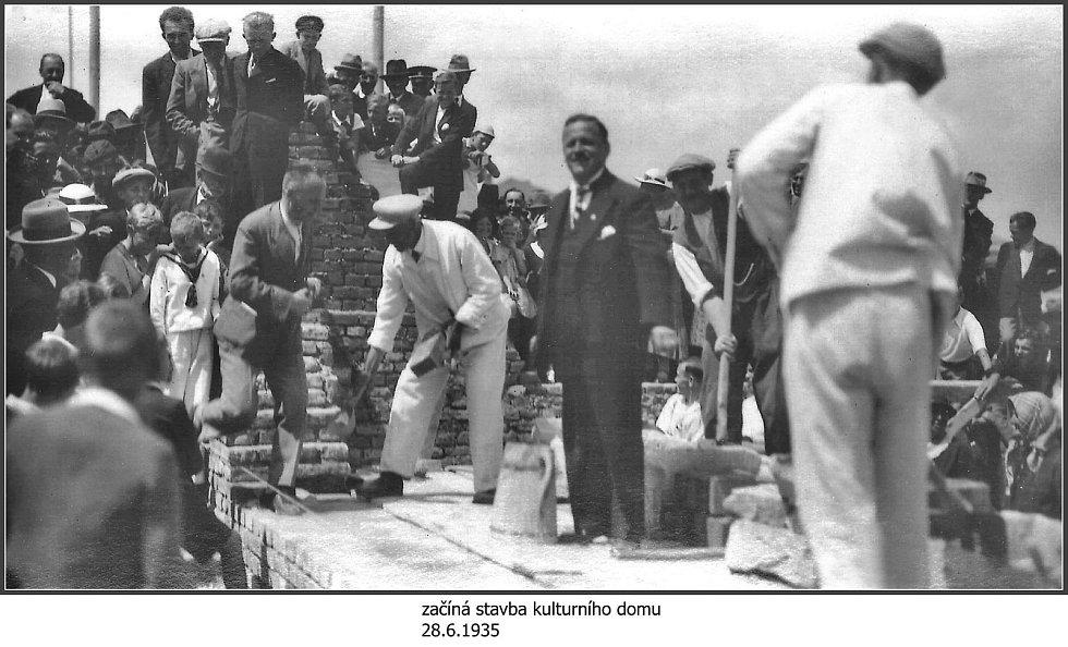 Začíná stavba kulturního domu v roce 1935.