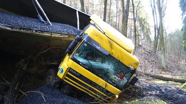 Nehoda kamionu s uhlím mezi Mšenem a Vrátnem