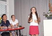 Ani ve vystoupení Natálky Vodilové z Kralup, vítězky jedné z kategorií recitátorů, nechyběla báseň od Jaroslava Seiferta.