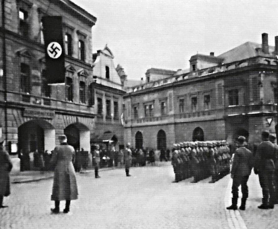 V roce 1943 bylo přejmenováno náměstí Míru na Heydrichovo náměstí. Rok 1939. Před hotelem Zlatý beránek je přehlídka vojska wehrmachtu.