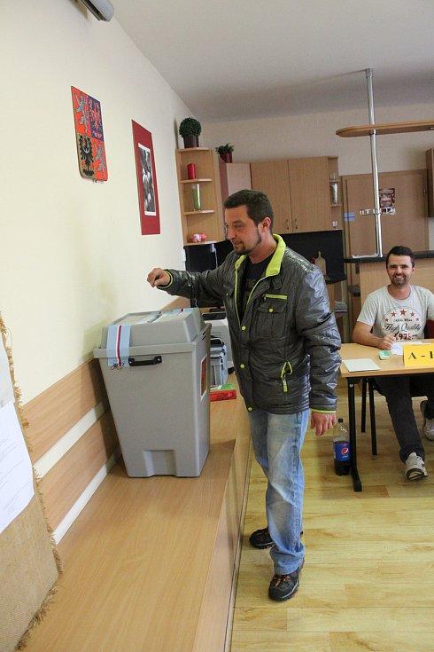 V Lužci na Mělnicku měli dvě hodiny před koncem voleb odvoleno 36 procent voličů z 1138 možných. Podle redaktorky panuje ve volební místnosti výborná nálada. Lidé chodili volit i těsně před páteční 22. hodinou.