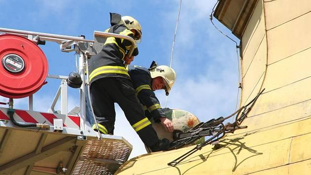 Ulomená kopule chorušického kostela zaměstnala mělnické hasiče na dvě hodiny