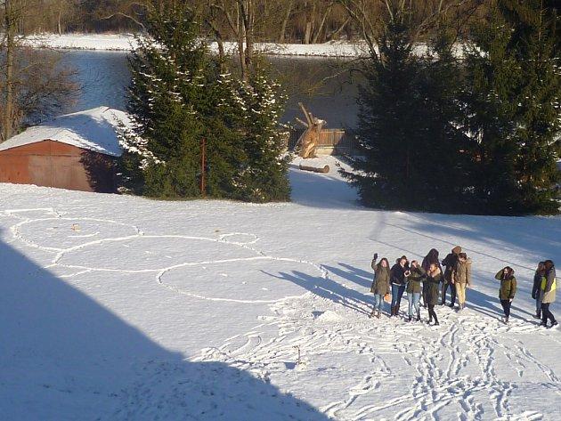 Studenti vyšlapali obřího sněhuláka.