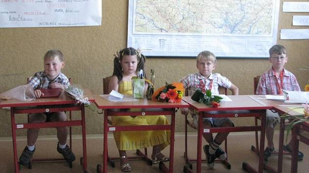Prvňáčci ze základní školy v  Obříství obdrželi své vysvědčení poprvé