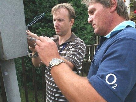 Pracovníci společnosti Telefónica O2 při opravách na telefonní síti v Ovocné ulici v Libiši.