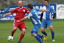Fotbalisté TJ Kly (v červeném) ve 20. kole okresního přeboru rozdrtili Záryby B 8:1.