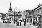 Náměstí Míru, tehdy ještě náměstí Svobody. Na snímku vpravo v domě čp. 7 jsou Růzhovy závody. Snímek je z poloviny 30. let 20. století.