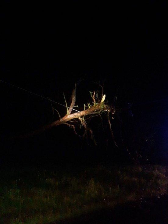Noční bouřka hasičům přinesla přes dvě stovky zásahů.