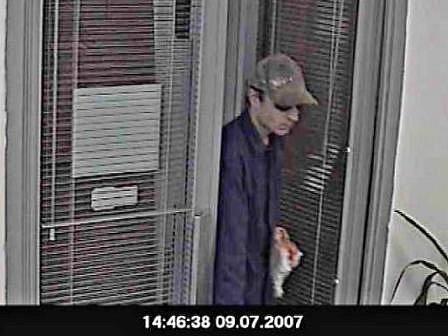 14.46 HODIN, NERATOVICE. Pachatel vchází do neratovické pobočky GE Money Bank. Maskoval se kšiltovkou a slunečními brýlemi. Na sobě měl šedou teplákovou soupravu a v ruce igelitovou tašku.