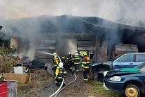 Z požáru autoservisu v Kralupech nad Vltavou 11. září 2021.