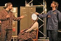 Tradičním účastníkem kralupského divadelního festivalu Za vodou je soubor V.A.D Kladno, jehož členové sázejí většinou na zajímavě zpracovaná regionální témata. Tentokrát však sáhli po díle fiktivního autora.