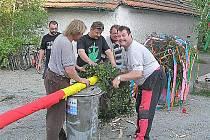 DŘÍNOVŠTÍ dobrovolní hasiči se každoročně podílejí také na stavění tradiční májky.