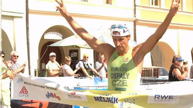 Filip Ospalý v cíli Mělnického triatlonu
