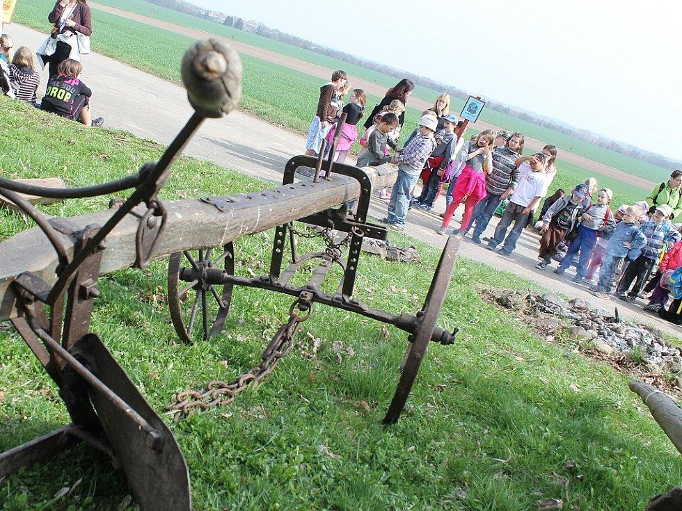 Tradiční sázení brambor v Kadlíně.