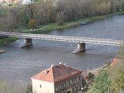 Na most veslaře Straky od minulého pondělí nesmí vstupovat ani pěší. Do Mělníka tak musí volit zacházku přes nový most nebo použít městské autobusy, které zajíždějí do Brozánek i do Hořína.