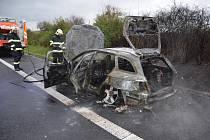 Požár automobilu zastavil provoz na dálnici D8.