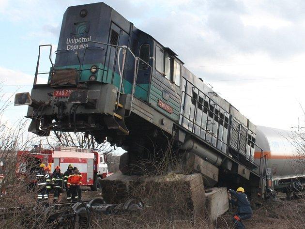 Následky nehody na železniční vlečce, kde lokomotiva narazila do betonového zarážedla.