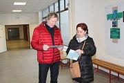 Vhodit hlas svým kandidátům přišla do okrsku č. 13 v budově Gymnázia Jana Palacha v Mělníku i tato manželská dvojice. Těsně před vstupem do volební místnosti proběhla blesková konzultace.