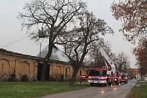 Požár stodoly naproti škole a školce v Obříství.