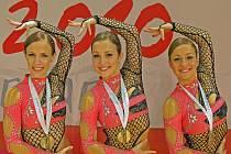 KRALUPSKÉ TRIO Zuzana Reissová (vlevo), Tereza a Radka Cihlářová se na evropském šampionátu ve sportovním aerobiku prezentovalo ve zbrusu nových dresech. V kladenské sportovní hale vybojovalo zlaté medaile a postup na říjnové mistrovství světa v Holandsku