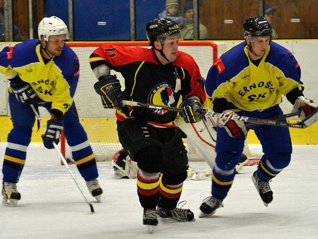 Mělničtí hokejisté (na snímku uprostřed Martin Příhoda) si tentokrát na Černošice nepřišli.