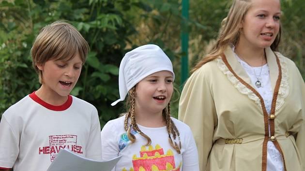 Děti z kralupské základní umělecké školy při festivalu Za vodou.