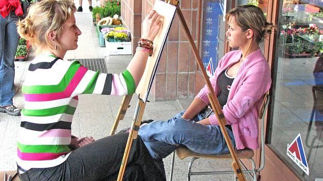Žáci výtvarného oboru mšenské základní umělecké školy se představili na Prima dni s Deníkem, kde portrétovali návštěvníky akce