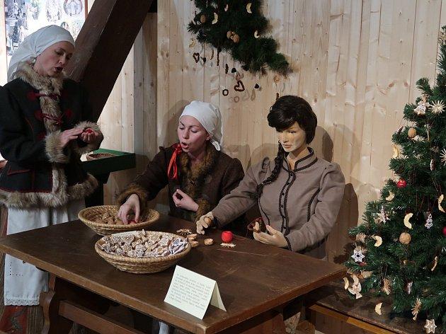 Mělnické Regionální muzeum zahájilo adventní výstavu s názvem Vánoční ozdoby, která je věnovaná fenoménu zdobení vánočního stromečku od druhé poloviny 19. století až do 90. let 20. století.