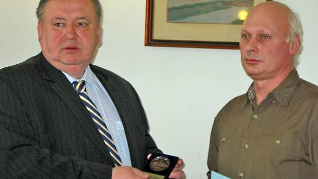 Čestné uznání Městské policie Mělník předal Romanu Křížovi (vpravo) starosta Miroslav Neumann.