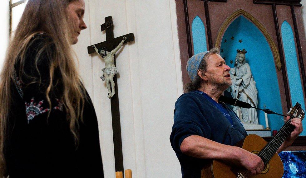 V kostele sv. Jana Nepomuckého v Šemanovicích vystoupil 5. června Oldřich Janota.