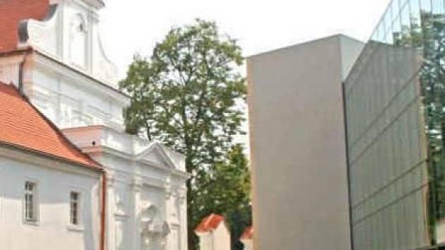 Nový vysokoškolský areál spojuje historii a moderní architekturu. Vlevo stojí zrekonstruovaný klášter, kostel a kapličky. Vpravo se pak blyští část moderní (hlavní) prosklené budovy. Už brzy tam všude budou studovat mladí lidé.