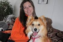 Jaroslava Tichá s jedním ze psů, kteří našli domov v mělnickém útulku.