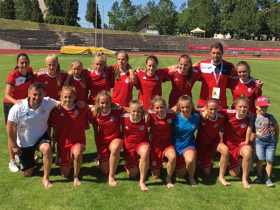 Středočeské fotbalové výběry U14 na hrách 9. Letní olympiády dětí a mládeže uspěly - chlapci turnaj vyhráli, dívky braly druhé místo.