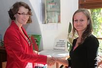 Olga Vildová ze Střednice (vpravo) přijímá gratulaci od mluvčí mělnického muzea Lucie Čermákové.