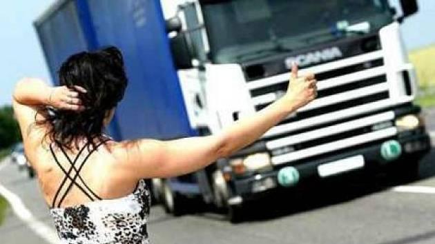 Stopaři často zbytečně riskují. Nikdy totiž nemohou dopředu vědět,  kdo jim zastaví. Obzvlášť ženy by si toto levnější cestování měly dobře rozmyslet.  (ilustrační foto)
