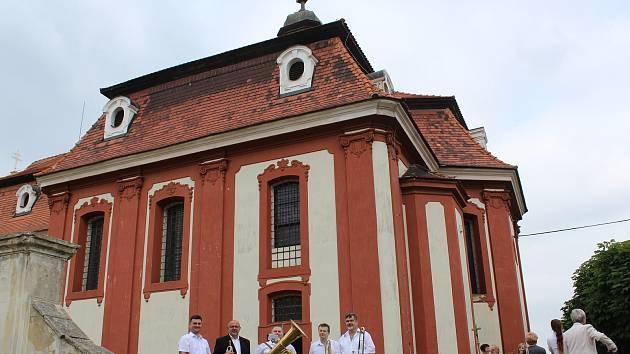 Snímek z projektu obnovy tradice Svatodušní pouti ke kostelu sv. Ducha na viniční hoře v Liběchově.