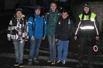 Strážník Lucie Jandová dohlíží na bezpečnou cestu dětí do školy.