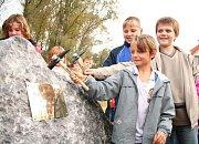 Velká voda udeřila v Hoříně v posledních pěti letech už dvakrát. Po létu roku 2002 tam za sebou nechala škody za pět set milionů korun a loni na jaře za dalších sto milionů – tehdy už vesnici chránila provizorní hráz postavená dobrovolníky.