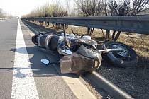 Z dopravní nehody 'osobáku' a motorky na dálnici D8 na Mělnicku poblíž obce Všestudy 7. dubna 2020.
